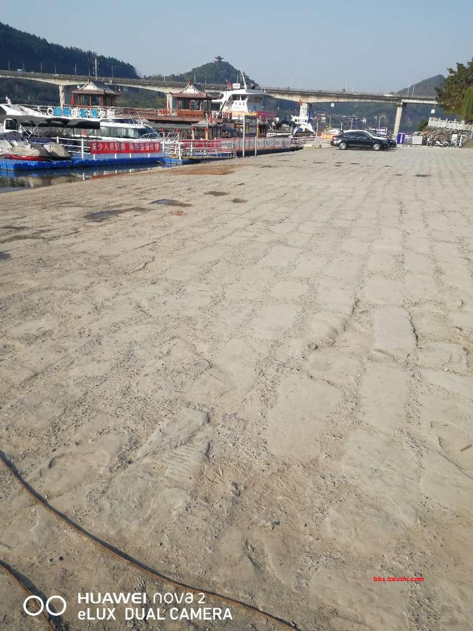 今天在战备码头看到。(党旗国旗)被乱扔在地上,无人问津!!