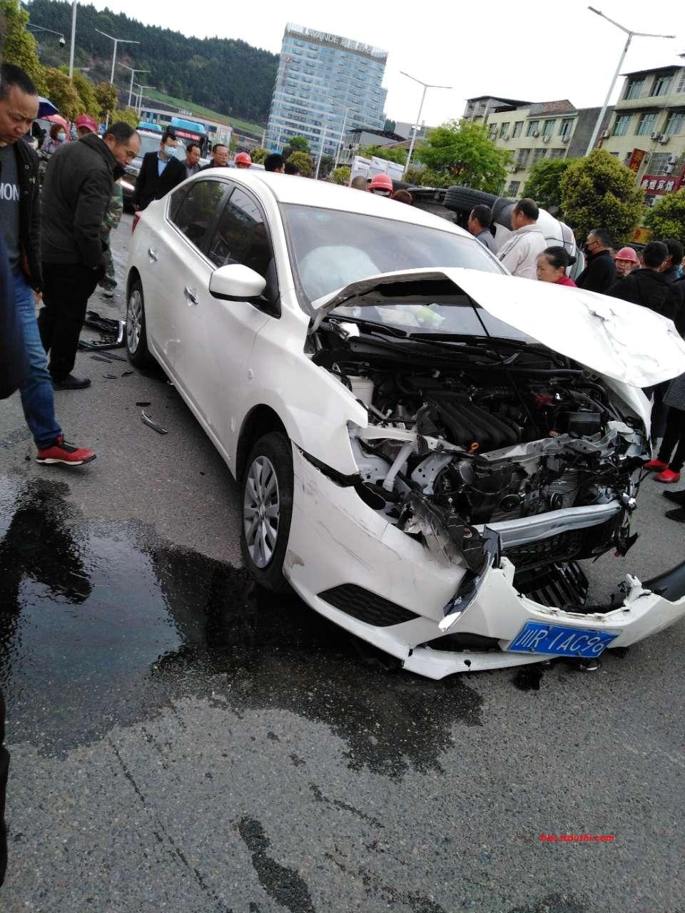 七里开发区人民广场海棠路口发生严重车祸。